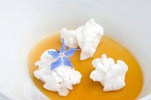 t15ZIG4S_05_Dos-recetas-tradionales_-en-una-sobre-un-ajoblanco-malagueno-cuajado,-el-jugo-de-la-ensalada-de-pimientos-caramelizado,-palomitas-nitro-de-lichis