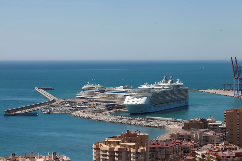 Allure-of-the-Seas-y-AIDAsol-en-el-Puerto-de-Málaga