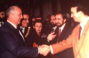 Francisco saluda a Mikhail Gorbachev