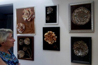 Bronislava Gorelik y trabajos de conchas foto Larisa Grigoryeva